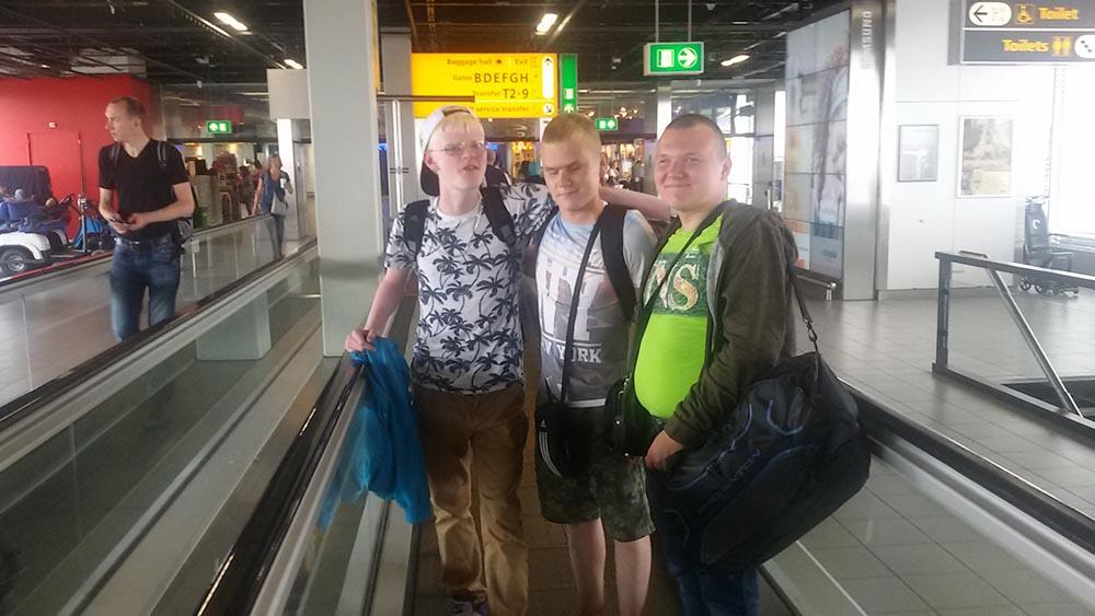 """attēlā mūsu skolēni Amsterdamas lidostā """"Schiphol"""""""