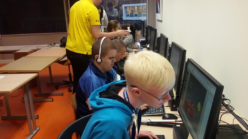 Attēlā: Mūsu skolas skolēni Mairis Leišavnieks un Vladislavs Ivanovs datornodarbībās gatavo prezentācijas.