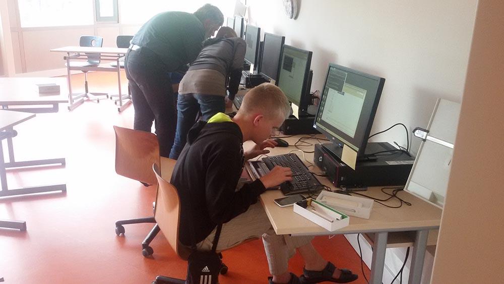 Attēlā: Edgars Fomičevs nodarbībā ar datoru konfigurē mobilā telefona programmas.