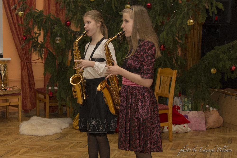 Elīza un Līva spēlē saksofonus