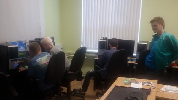 Informātikas pulciņa zēni pie datoriem datorklasē.