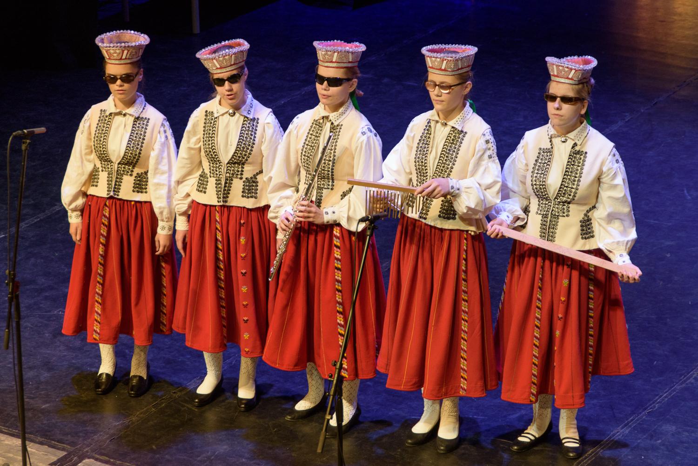 Skolas meitenes tautastērpos uz skatuves