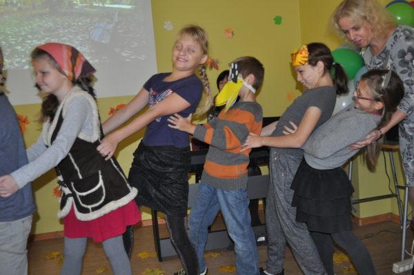 Skolēni iet rotaļās rudens svētkos