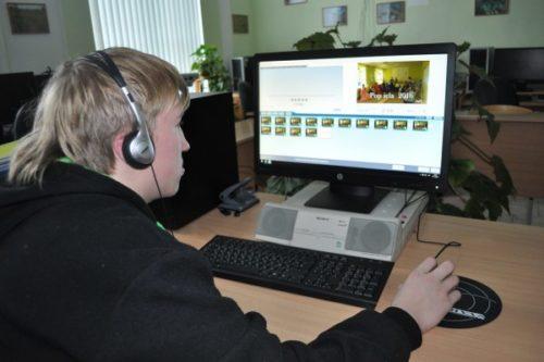Artūrs pie datora strādā ar video programmu