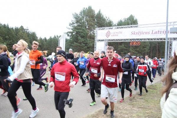 Daudz cilvēku skrien arī mūsējie - Skolotāji Valdis un Kaspars, Mārcis.