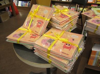 Grāmatas par Zeķu zagli iepakotas un apsietas ar lentēm