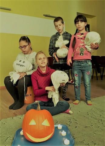 Bērni ar saviem veidotajiem spokiem.