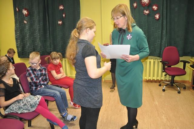 Skolotāja Dzintra Pokule pasniedz diplomus uzvarētājiem.