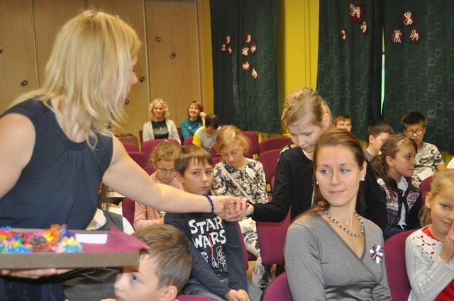 Skolotāja Vineta Krūmiņa pasniedz balvas.