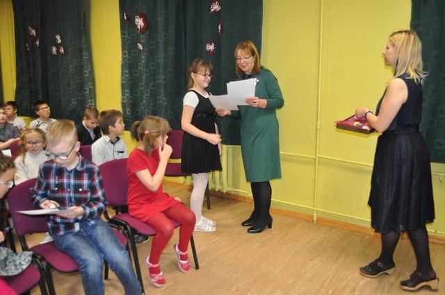 Skolotājas Dzintra Pokule un Vinteta Krūmiņa uzvarētājiem pasniedz diplomus.