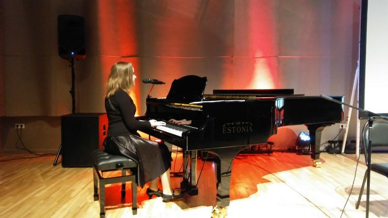 Elīza spēlē klavieres