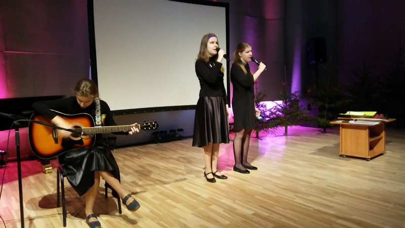 Alise spēlē ģitāru, Elīza un Līva dzied