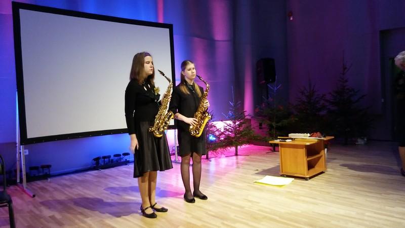 Līva un Elīza spēlē saksofonus