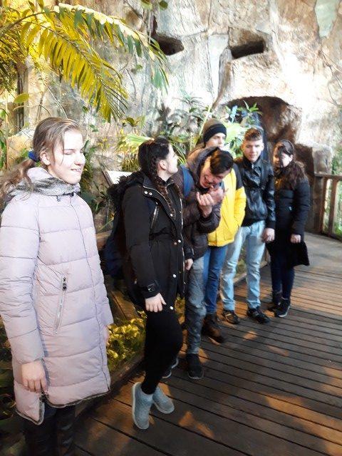 Skolēni pie ieejas trop dārzā