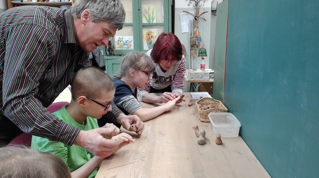 Meisters pie galda māca bērniem kā gatavot svilpes