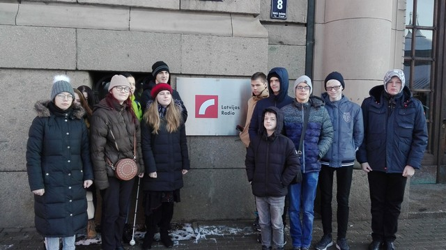 Skolēni pie Latvijas Radio ieejas