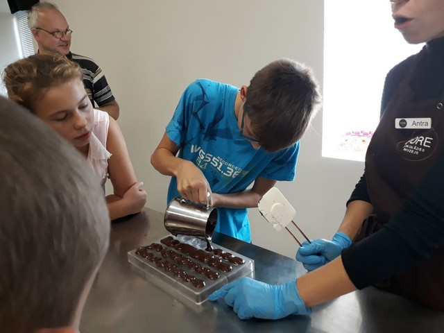 Skolēni gatavo šokolādes konfektes