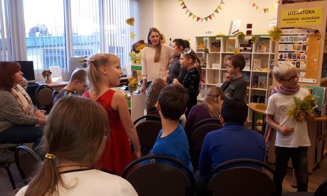 Bērni bibliotēkā stāsta par grāmatu