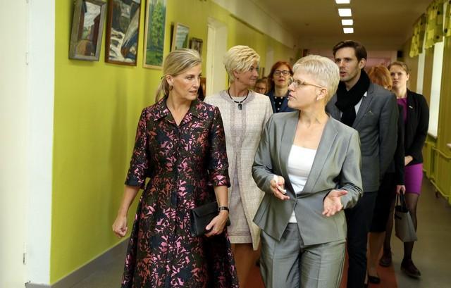 Grāfiene Sofija, Vējoņa kundze, skolas direktore un BlindArt vadītāji skolas otrā stāva gaitenī