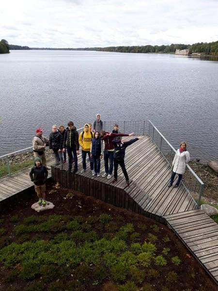 Skolēni uz skatu laukumiņa pie Daugavas