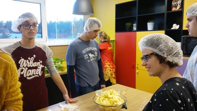 Citi bērni pie čipsu gatavošanas galda