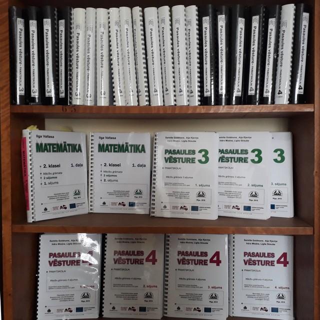 Braila raksta grāmatas grāmatu skapī