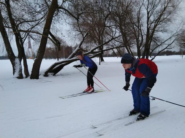 Bērni slēpo lielā ātrumā