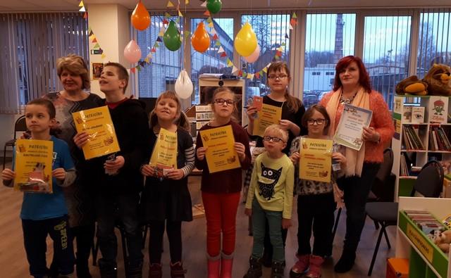Bērni ar piemiņas diplomiem