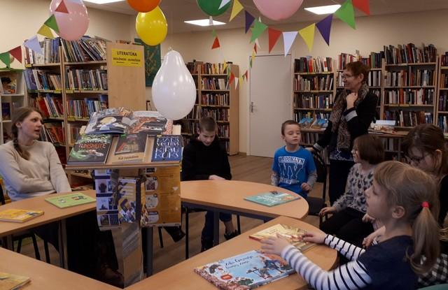 Bērni klausās stāstījumu