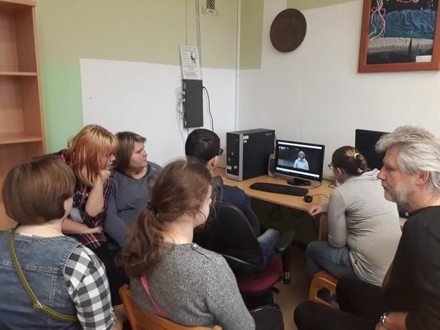 11. klases skolēni ar skolotāju Murānu skatās filmu