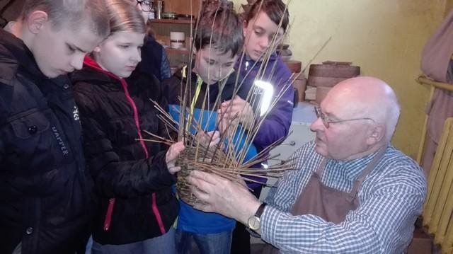 Aleksandrs Lācis bērniem rāda kā tiek pīts groziņš.