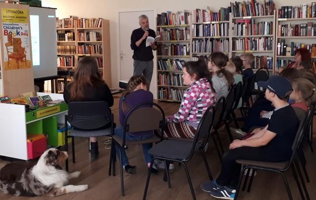 Rakstnieks lasa skolēniem fragmentus no savas grāmatas