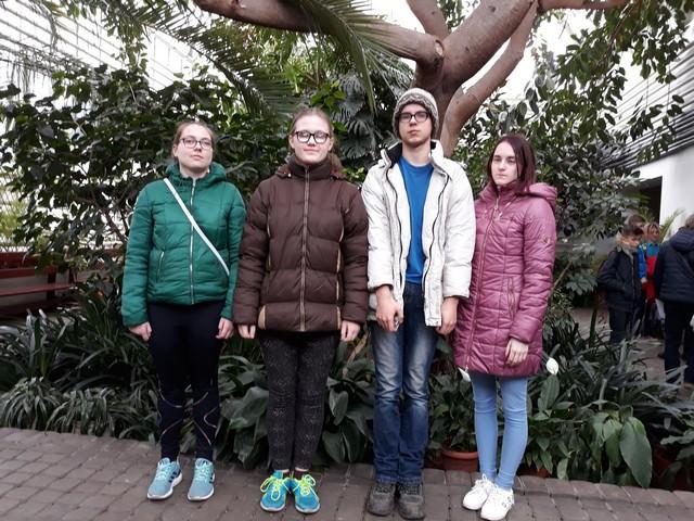Bērni pie kokiem