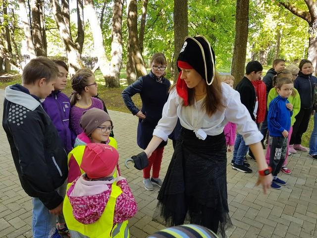 Pirāts aicina bērnus piedalīties dārgumu meklēšanā