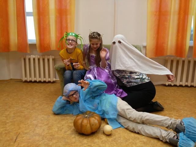 Bērni Helovīna tērpos pozē3. Cita skolotāja spoka maskā.