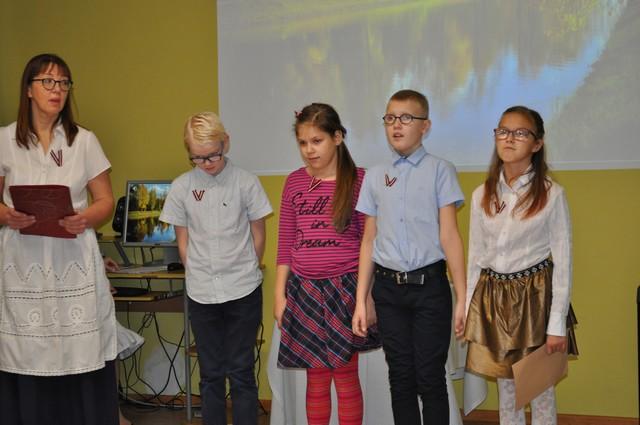 Skolotāja Dzintra pokule ar 4 skolēniem konferenču zālē - priekšnesums