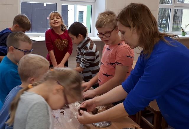Bērni skolas ēdnīcā gatavo piparkūkas cepšanai