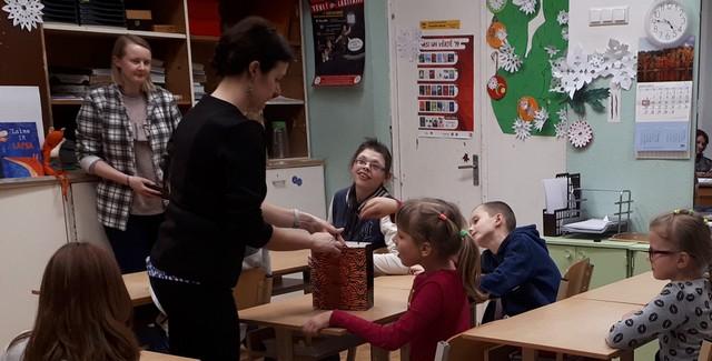 Bibliotekāres sarunājas ar bērniem