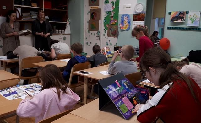 Bibliotekāres lasa, bērni zīmē