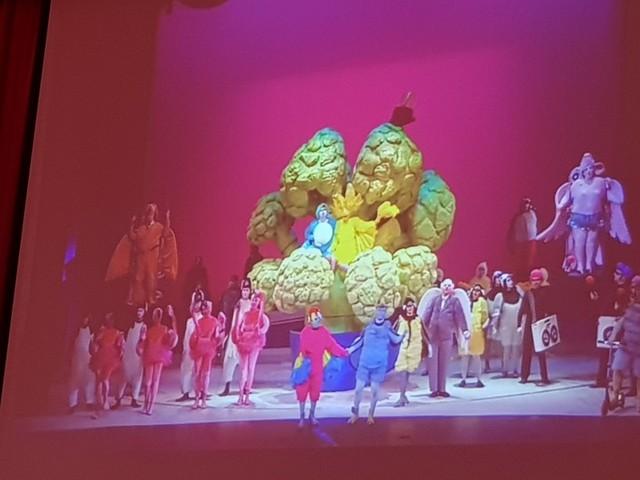 Foto no ekrāna, kurā tiek rādīt opera