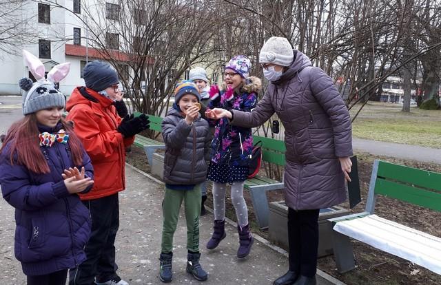 Bērni saņem godam nopelnītās Lielā Zaķa medaļas pēc sacensībām.